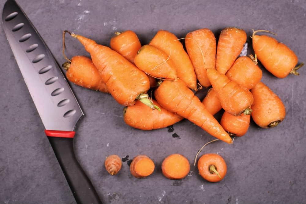 Bewaar de wortelstronkjes wanneer je ze afsnijdt