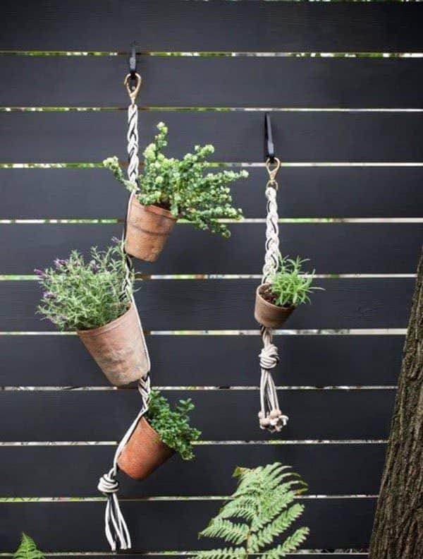 Hangende terracotta plantenbakken