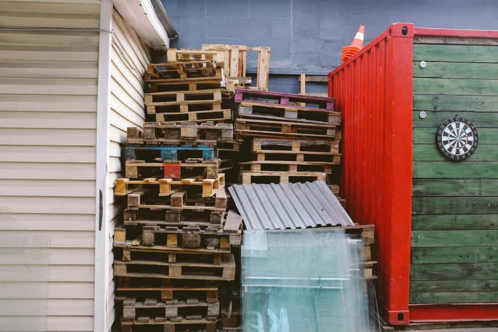 Pallets achter de bouwmarkt