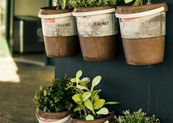 Verticale ruimte gebruik met rijen potten