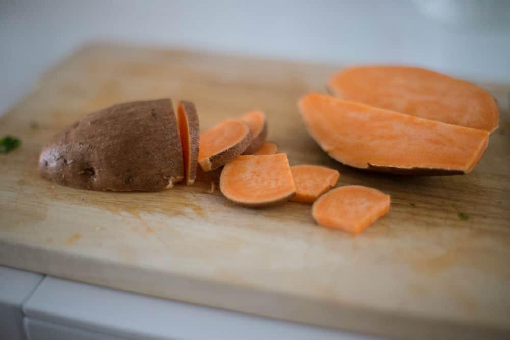 Zoete aardappel op snijplank