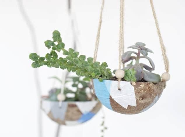 zelfgemaakte hangende kokosnoot plantenbak