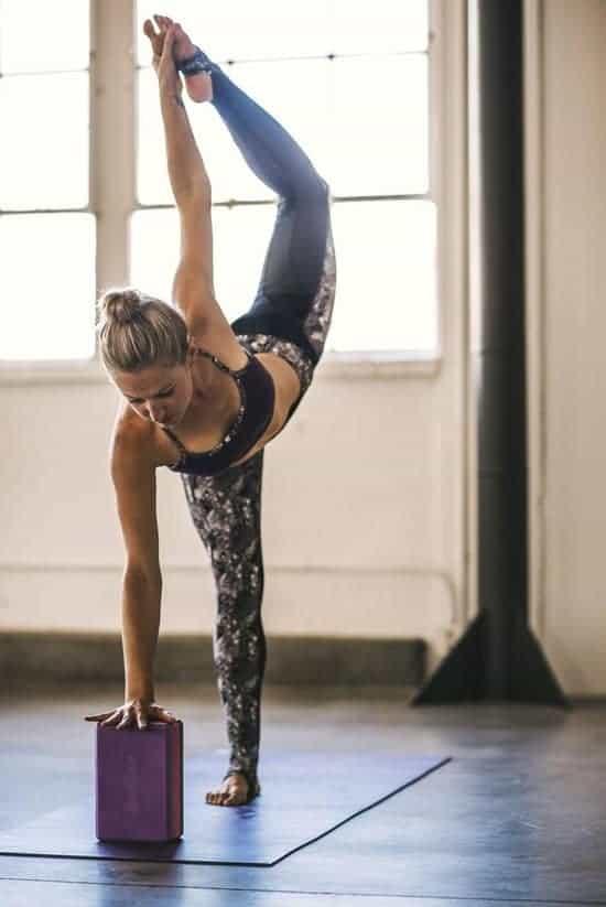 Beste goedkope yoga blok voor beginners: Gaiam gekleurd kurkblok