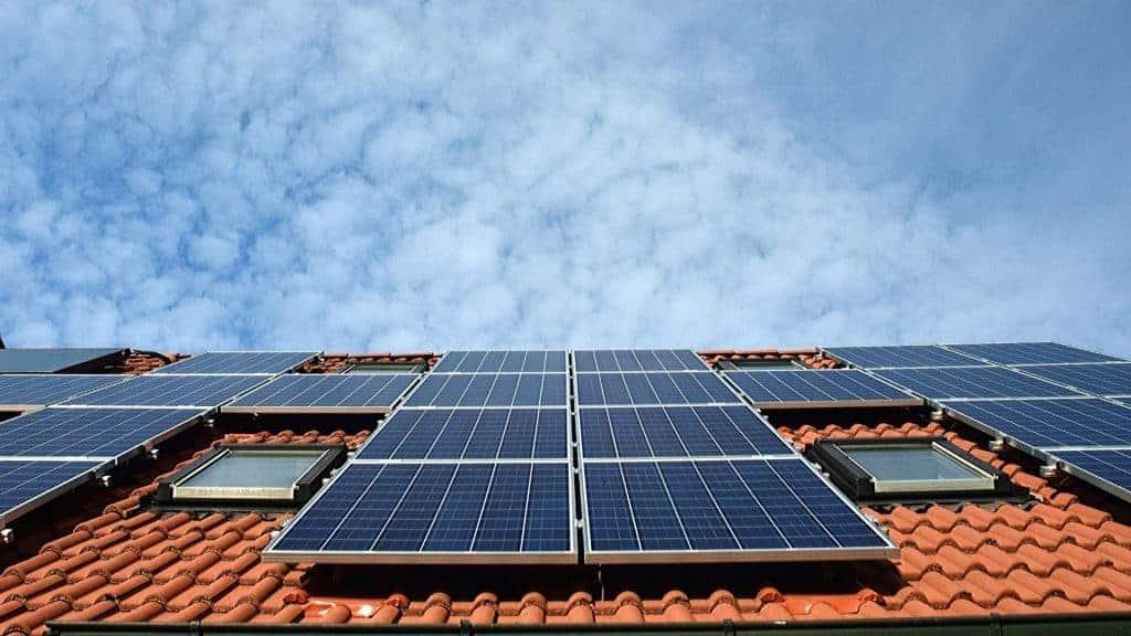 Duurzame-zonnepanelen-op-een-dak-1024x576