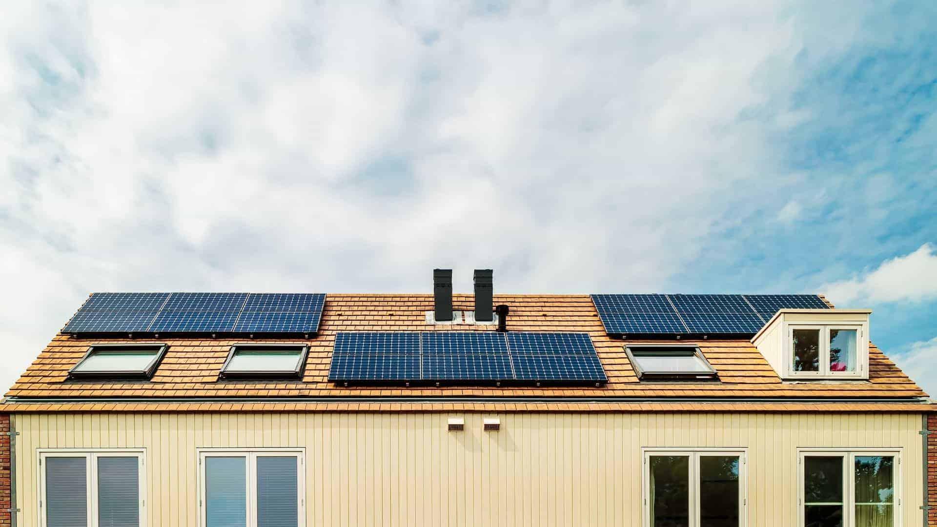 Zonnepanelen-op-het-dak-om-energie-te-besparen